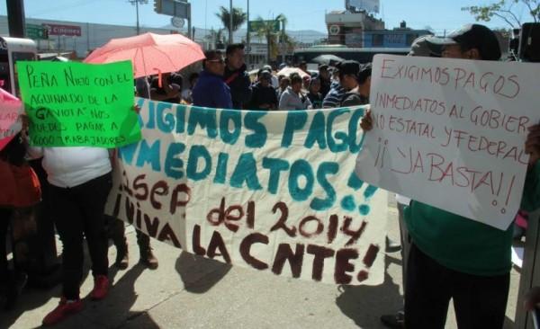 Amagan docentes de Sección 22 con manifestación en Noche de Rábanos