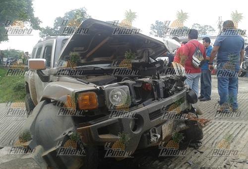 Se impacta Hummer contra poste; aplasta camioneta de trabajadores de Publivision
