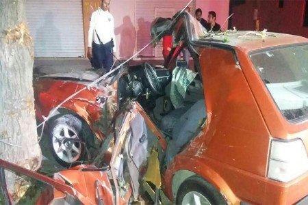 Impacta joven automóvil contra un árbol en carretera al Rosario