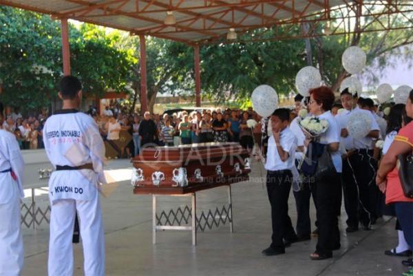 Despiden a niños karatecas con honras fúnebres en primaria de Juchitán