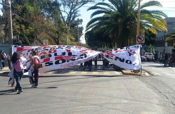 Bloquea STEUABJO avenida frente a Junta Local de Conciliación