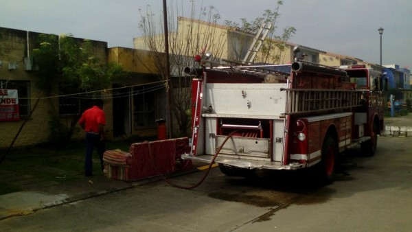 Sin víctimas, incendio en fraccionamiento y volcadura de pipa