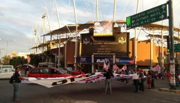 Bloquearon sindicalizados de la STEUABJO crucero del Estadio Vasconcelos