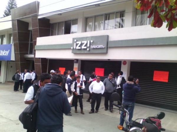 Empleados de IZZI Oaxaca, tomaron oficinas para exigir pago de comisiones