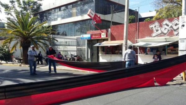 STEUABJO protesta y bloquea frente a oficinas de la JLCyA