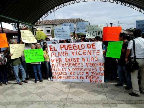 Familiares de jóvenes desaparecidos bloquean Playa Vicente, piden su aparición