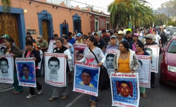 Marchó Sección XXII con familiares de los 43 Normalistas