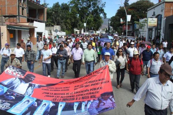 Marcha Sección 22 del SNTE para pedir diálogo con el gobierno