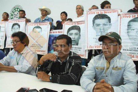 Llega a Oaxaca caravana de padres de los normalistas de Ayotzinapa