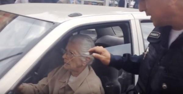 #AbuelitaRápidayFuriosa pisa acelerador y escapa de policías