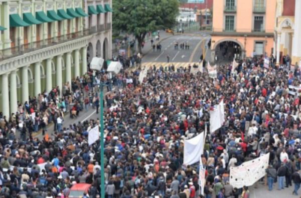 Segundo día de marchas contra Duarte; le exigen pagar 2 mil mdp a la UV