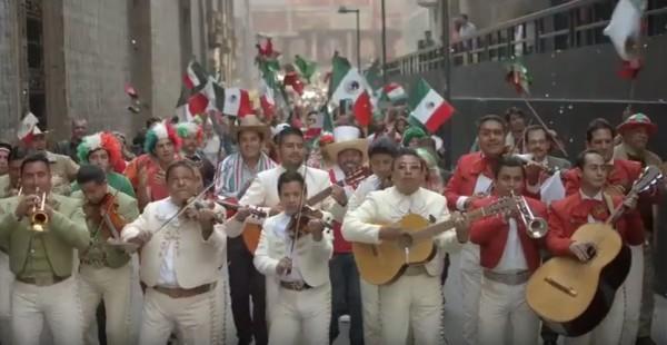VIDEO: Estallan twitteros por toque de bandera convertido en cumbia