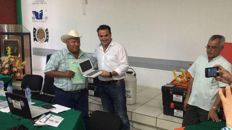 Entrega Gabriel Cué computadoras para  el control de inseminación en el ganado