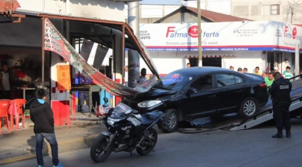 GALERIA: Se impacta carro en taquería de Tuxtepec