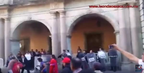 Triquis se enfrentan a policias en palacio de gobierno