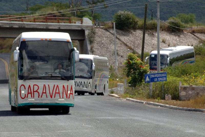 Atacan autobús de los padres de los 43 en Puebla