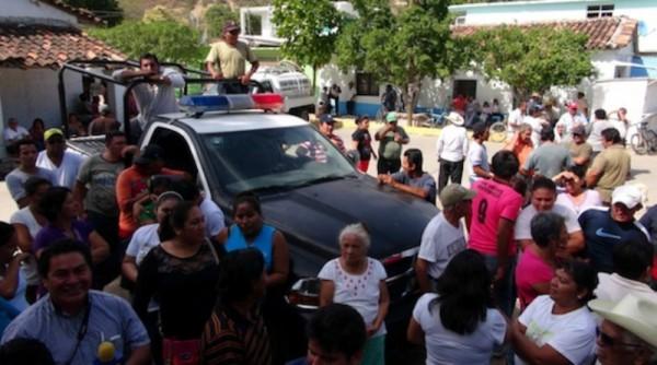 Liberan habitantes de Lachiguiri a agentes de la AEI y fiscal retenidos