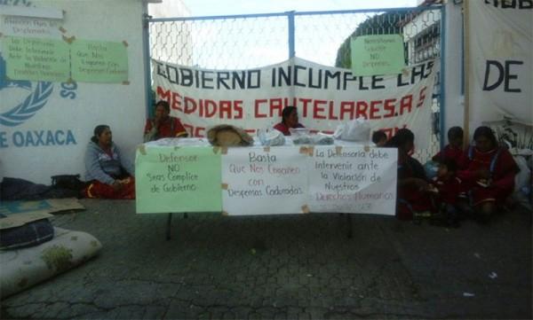 Triquis desplazados de Copala siguen en plantón en derechos humanos