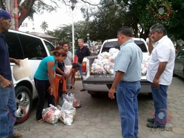 Presidentes de colonias, entregan despensas a familias afectadas por la Barca