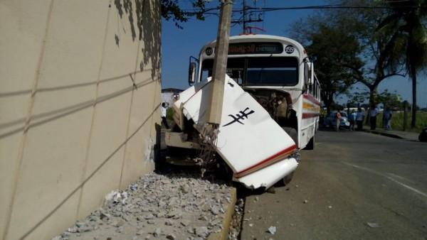 Chocan urbano y camioneta en Costa Verde
