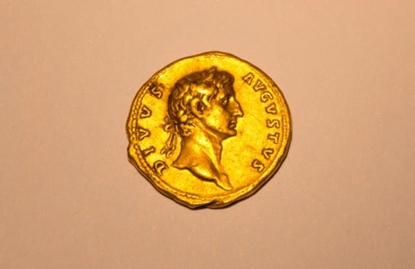 Sale de excursión y halla moneda de oro de hace ¡2 mil años!