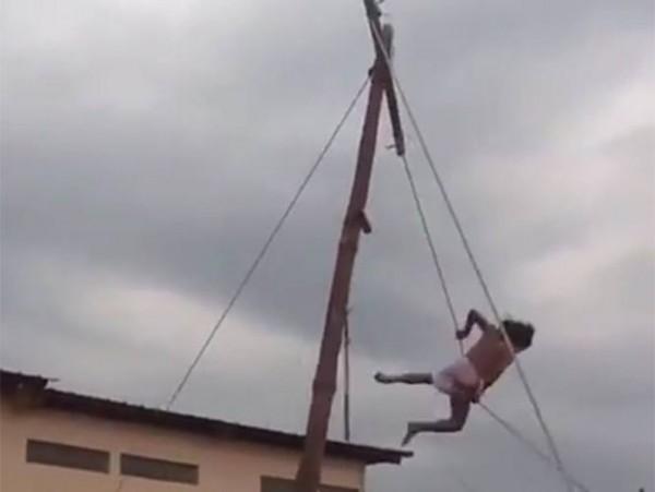 VIDEO: Cae 'Cristo' de cruz de 4 metros de altura durante representación