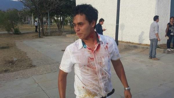 Enfrentamiento entre policías y estudiantes en la UABJO