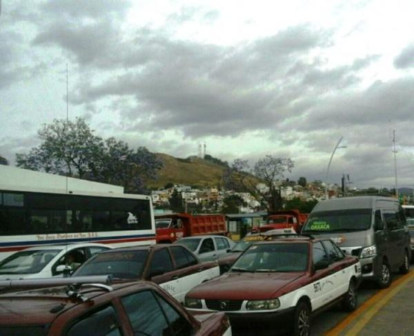 Se movilizan transportistas en Oaxaca