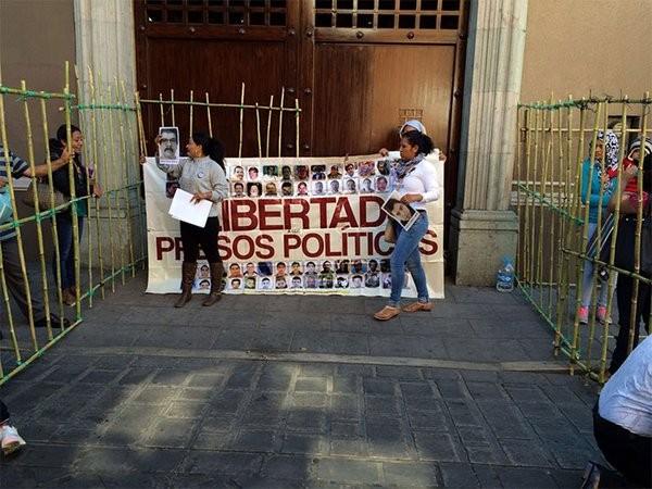 Protesta Sección 22 frente a Casa Oficial en Oaxaca