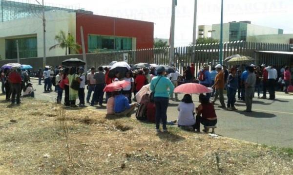 GALERÍA: Protesta S 22 en sede del congreso en Oaxaca