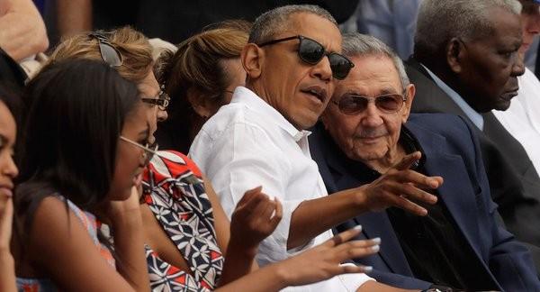 Obama y Castro asisten a partido de béisbol en la Habana