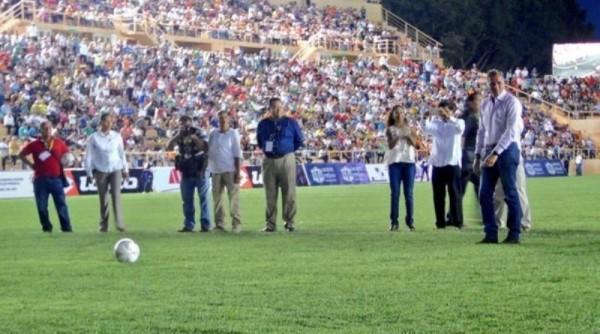 Entrega Gabino nuevo estadio