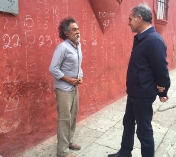 En un 'baño de pueblo' Gabino Cué se encuentra con Toledo