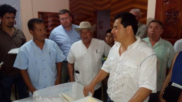 Entrega Lalo Ximenez casi siete mil firmas al IEEPCO