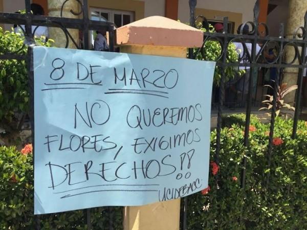 Protestan en Pinotepa en la víspera del Día Internacional de la Mujer