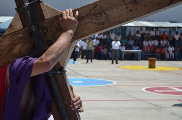 Internos realizaron viacrucis en el penal de Ixcotel
