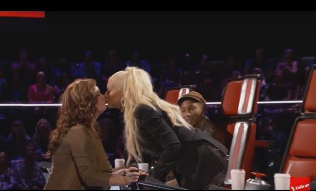 """Christina aguilera se da beso lésbico con concursante de """" The Voice"""""""
