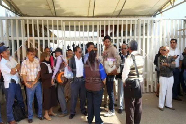 Protestan supervisores y jefes de sector en el IEEPO