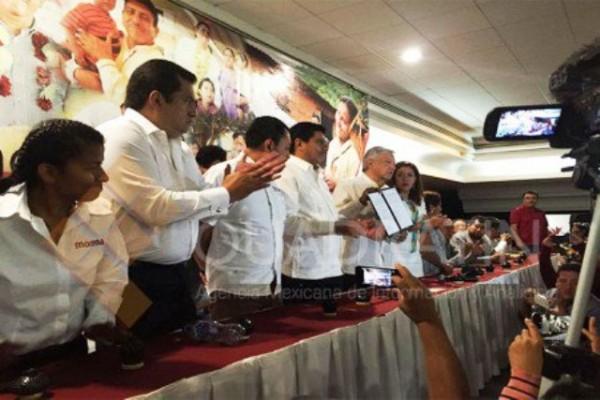 Firma López Obrador acuerdo con el magisterio oaxaqueño