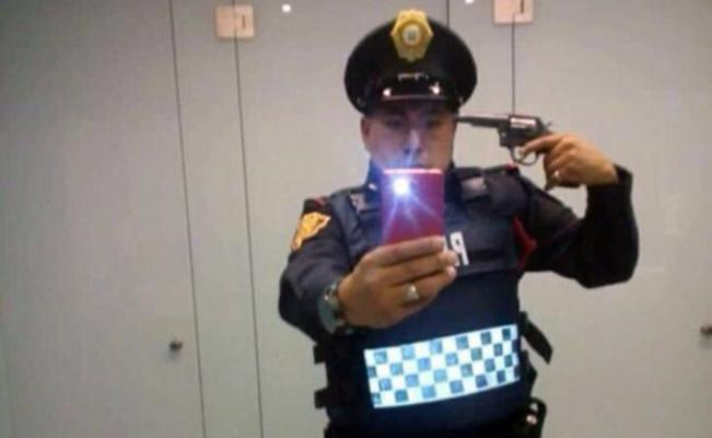 Suspenden a policía por apuntarse con una pistola en selfie