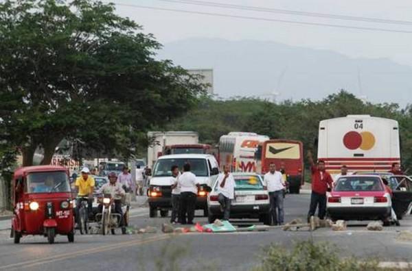 Mototaxistas bloquean carretera Transístmica en Juchitán