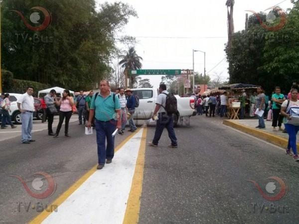 Actualizada: Sección 22 bloquea paso en casetas de Tuxtepec