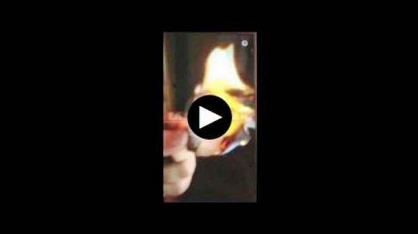 VIDEO Hijo de diputado prende cigarros con billetes