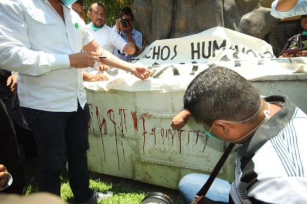 Con sangre, maestros de Oaxaca exigen pagos retenidos