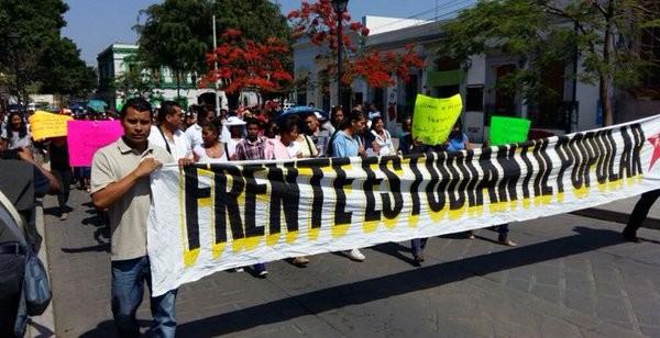 Marchan en Oaxaca por becas estudiantiles y programas sociales
