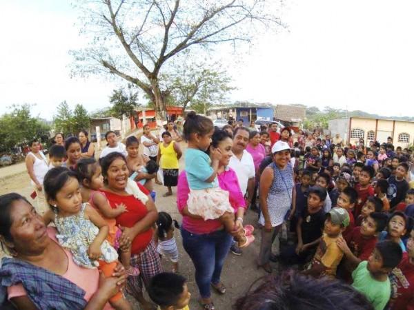 Joaquina Conti de Reyes entrega juguetes en colonias y comunidades por Día del Niño