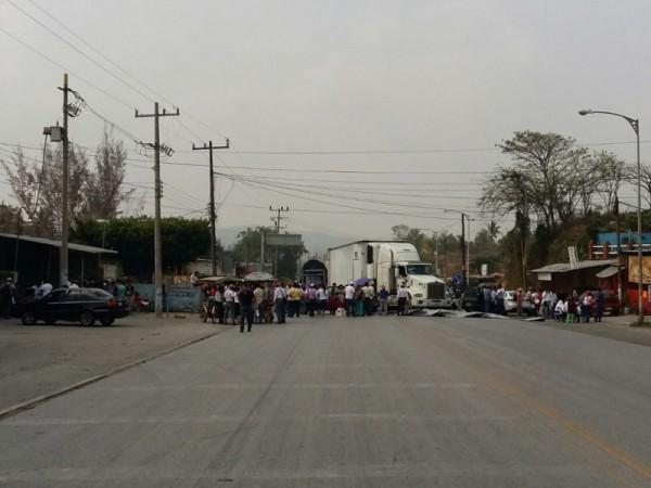 Impiden docentes de la región Istmo de Oaxaca paso a Veracruz y Chiapas