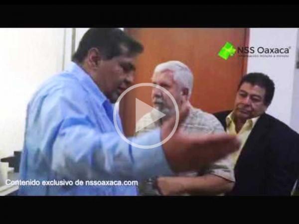 VIDEO: Secretario general de la sección 28, a empujones retira personal del IMSS Oaxaca