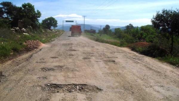 Cué, dejara carretera a Cerro de Oro sin reparar, señalan