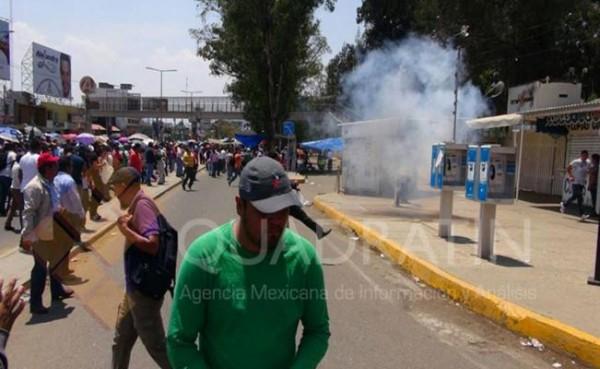Lanzan gas lacrimógeno a maestros en Oaxaca
